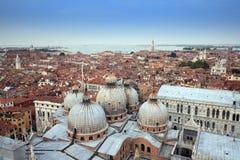 空中美丽的城市老屋顶威尼斯视图 免版税库存照片