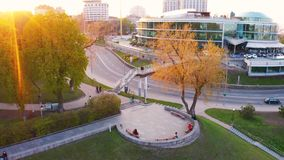 空中英尺长度人步行在美好的日落期间的公园 股票视频