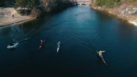 空中英尺长度 正面图 在河的三艘皮船之后春天慢动作的 股票录像