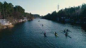 空中英尺长度 正面图 跟随的小组在河的皮船春天慢动作的 股票视频