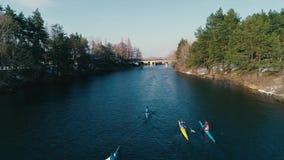 空中英尺长度 跟随的小组在河的皮船春天慢动作的 股票视频