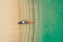 空中获得美丽的女孩寄生虫鸟瞰图在晴朗的热带海滩的乐趣 塞舌尔群岛 库存照片