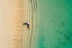 空中获得美丽的女孩寄生虫鸟瞰图在晴朗的热带海滩的乐趣 塞舌尔群岛 免版税库存照片