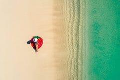 空中获得美丽的女孩寄生虫鸟瞰图在晴朗的热带海滩的乐趣 塞舌尔群岛 库存图片