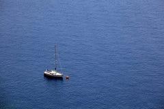 空中蓝色小船航行海运视图 免版税库存图片