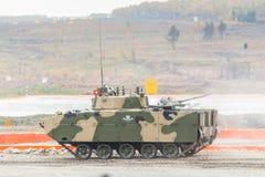 空中被跟踪的装甲车BMD-4M 图库摄影