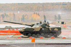 空中被跟踪的装甲车BMD-4M 库存图片
