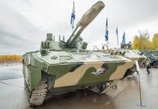 空中被跟踪的装甲车BMD-4M 库存照片