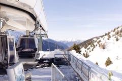 空中览绳推力缆车,在冬天多雪的山背景美好的风景的长平底船客舱 库存照片