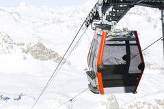 空中览绳推力缆车,在冬天多雪的mountai的长平底船客舱 免版税图库摄影