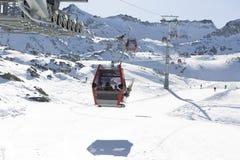 空中览绳推力缆车,在冬天多雪的mountai的长平底船客舱 库存照片
