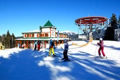 空中览绳、滑雪者和餐馆在Bukovel 免版税库存图片