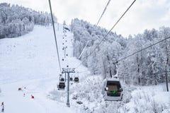 空中览绳在多雪的山背景美好的冬天风景的推力客舱 库存照片