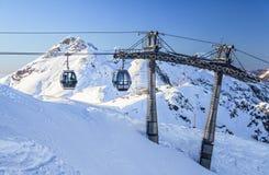 空中览绳在多雪的山背景美好的冬天风景风景举 免版税库存照片