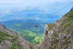 空中览绳在瑞士阿尔卑斯 免版税库存图片