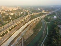 空中跨境I-10,北部I-45高速公路堆互换亦不 库存照片