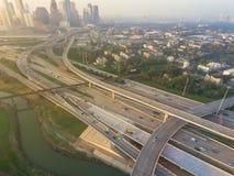 空中跨境I-10,北部I-45高速公路堆互换亦不 图库摄影