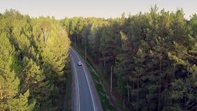 空中输电线杆支持有驾驶的汽车路 股票录像