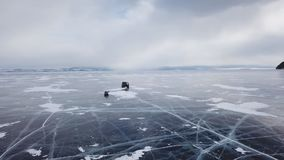 空中透视图驾车在美丽的深蓝色冰从上面构造了冻结的Baikal湖表面 影视素材