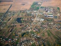 空中镇场面 议院和农场土地 库存图片