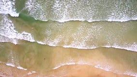 空中长的宽泡沫似的海浪在海滩滚动 影视素材
