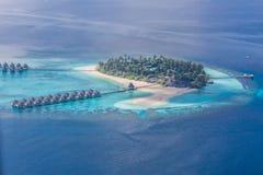 空中阿尔卑斯沿岸航行海岛新的照片南南西方西兰 惊人的海滩在马尔代夫 蓝天云彩和松弛海景 免版税库存照片