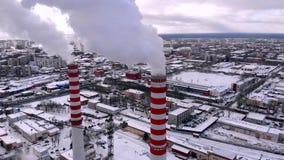 空中顶视图烟云和蒸汽冷却塔工业热电镀物品中央 影视素材