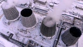 空中顶视图烟云和蒸汽冷却塔工业热电镀物品中央 股票视频
