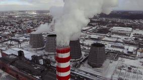 空中顶视图烟云和蒸汽冷却塔工业热电镀物品中央 股票录像