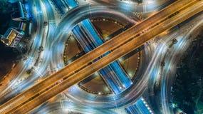 空中顶视图路环形交通枢纽交叉点在附近的城市 图库摄影