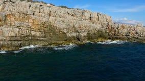 空中顶视图:海波浪洗涤岩石海岸线 股票视频