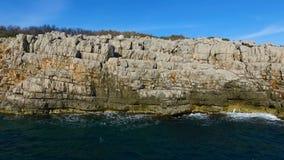 空中顶视图:海波浪洗涤岩石海岸线 股票录像