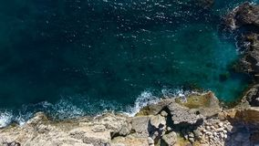 空中顶视图:海波浪洗涤石头 股票视频