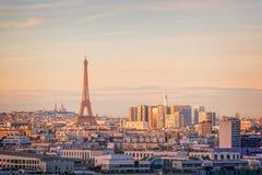 巴黎空中风景看法有埃佛尔铁塔的在日落,蒙马特在背景中,法国市旅行概念 库存照片