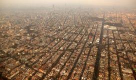空中飞机城市df墨西哥城镇视图 免版税库存照片
