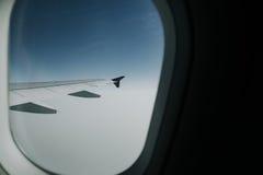 从空中飞机窗口的鸟瞰图在白天 库存图片