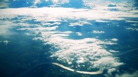 空中飞机窗口视图云彩,蓝色晴朗的天空 股票录像
