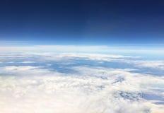 空中飞机视图 在天空天际上 世界探险家盖子 免版税库存照片