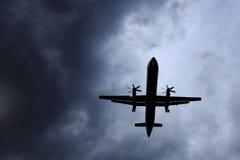 空中飞机逃避风暴 图库摄影