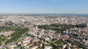空中飞行在罗马斗兽场的一条寄生虫在罗马,意大利 大剧场或Flavian圆形露天剧场或者罗马竞技场卵形圆形露天剧场 股票录像