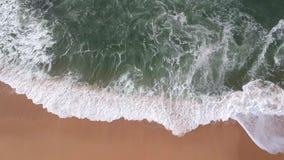 空中高天花板在葡萄牙挥动打破在与金黄沙子的海滩和绿色/蓝色海 股票录像