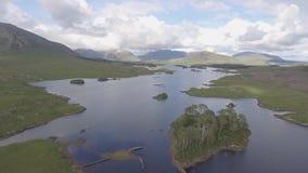 空中鸟在戈尔韦郡,爱尔兰注视从Connemara国家公园的风景看法 美丽的爱尔兰农村自然乡下土地 股票视频