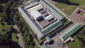 空中,被放弃的监狱站点显露4k 股票录像