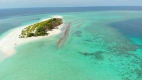 空中:从上面热带环礁视图,蓝色盐水湖绿松石水珊瑚礁,Wakatobi海洋国立公园,印度尼西亚-概念 股票视频