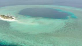 空中:从上面热带环礁视图,蓝色盐水湖绿松石水珊瑚礁,Wakatobi海洋国立公园,印度尼西亚-概念 股票录像