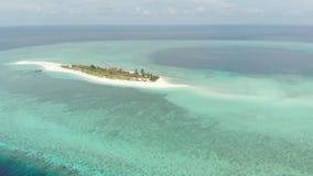 空中:从上面热带环礁视图,蓝色盐水湖绿松石水珊瑚礁,Wakatobi海洋国立公园,印度尼西亚-概念 影视素材