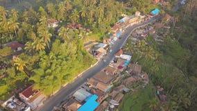 空中:有乘坐在有米大阳台的普遍的Tegalalang村庄的游人的汽车 4K 影视素材