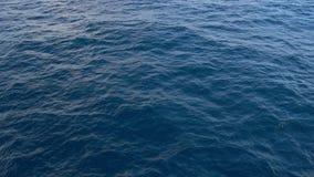 空中-冠上在深蓝色海起波纹的水表面的看法下 股票视频