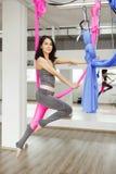 空中锻炼或室内反地心引力的瑜伽,在体育健身房的凝思 库存照片