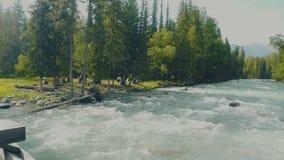 空中-降低在雕刻它的方式的绿松石颜色河上通过施普林谷 股票录像